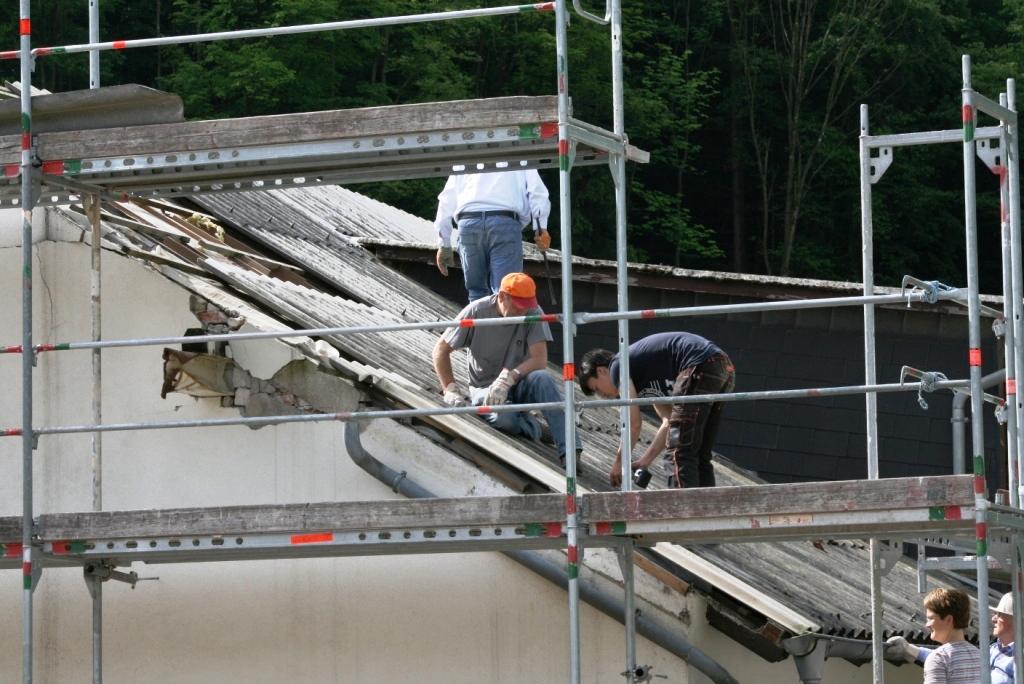 De Hochstädter Neues und Wissenswertes aus Hochstädten Die Dachplatten waren in zwei Stunden entfernt